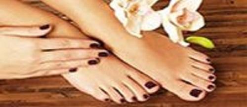 Corso pedicure curativo, immagine di piedi e mani curate con applicazione di smalto viola scuro